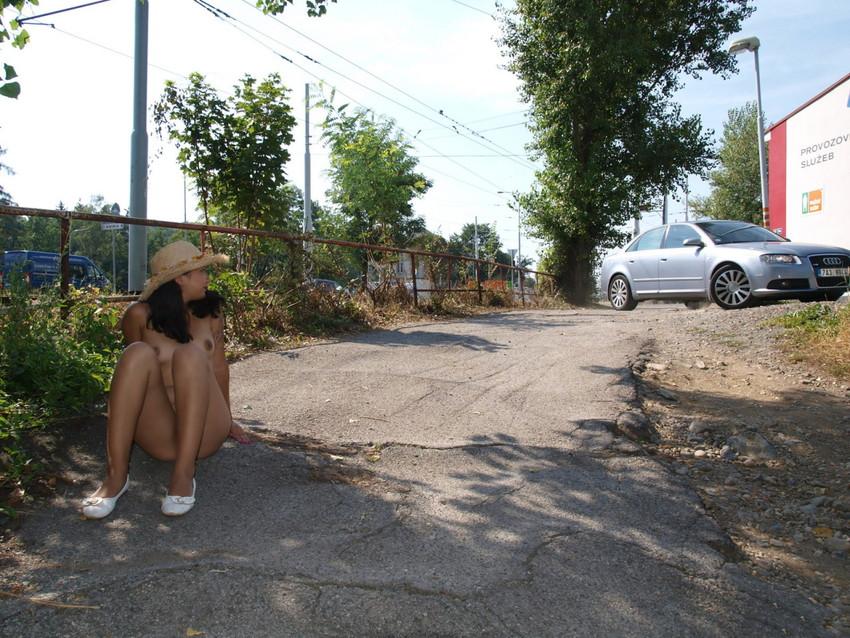 【海外露出エロ画像】大胆すぎる!海外で野外露出する女の子の潔さが草www 09