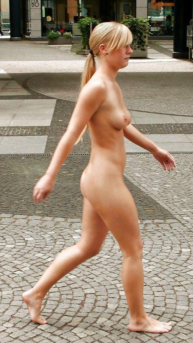 【海外露出エロ画像】大胆すぎる!海外で野外露出する女の子の潔さが草www 41