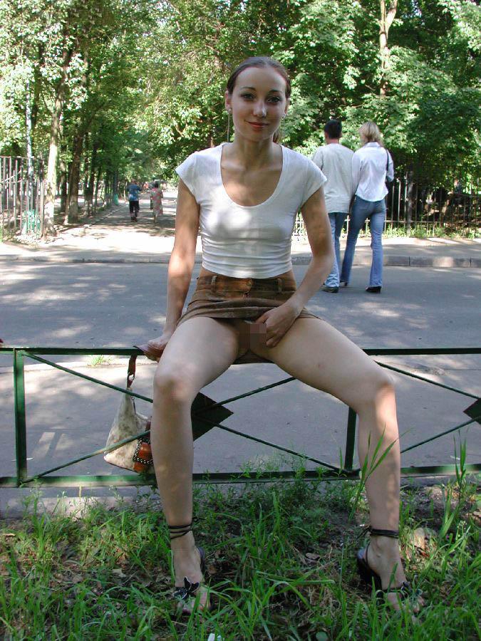 【海外露出エロ画像】大胆すぎる!海外で野外露出する女の子の潔さが草www 44