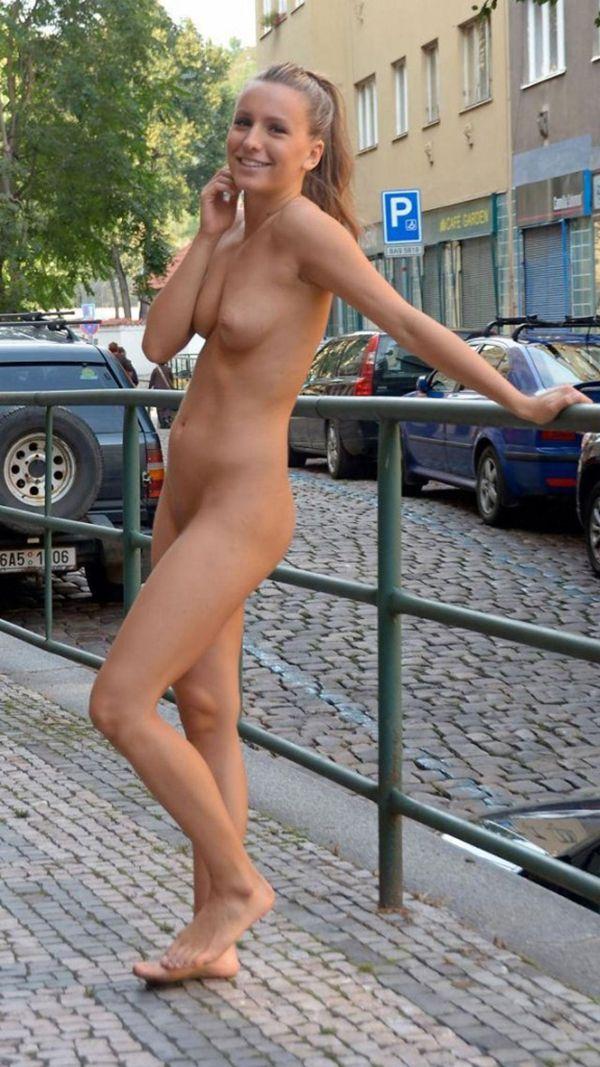 【海外露出エロ画像】大胆すぎる!海外で野外露出する女の子の潔さが草www 45