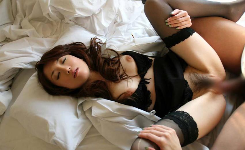 【着衣セックスエロ画像】脱ぐよりも先にセックスしたいカップルたちのエロ画像 36