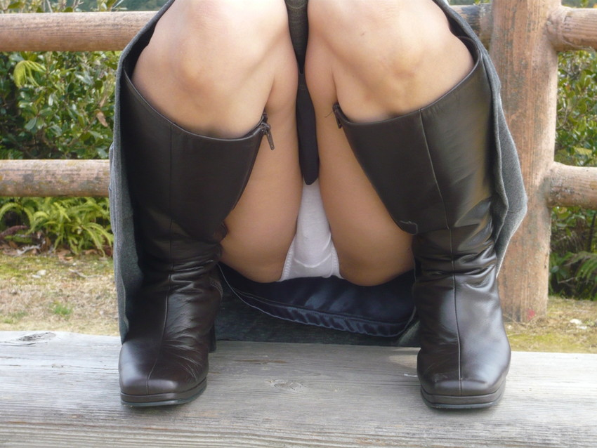 【M字開脚エロ画像】この股間を見ろ!と言わんばかりのポーズ!やっぱり卑猥だw 24