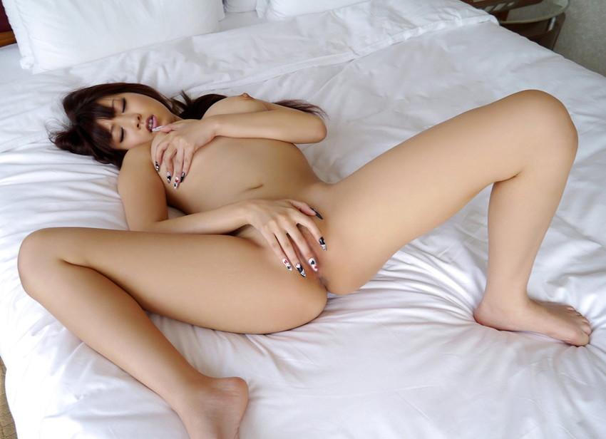 【指オナニーエロ画像】自身の指で絶頂を迎えるまで性器を刺激し続ける女たち! 16