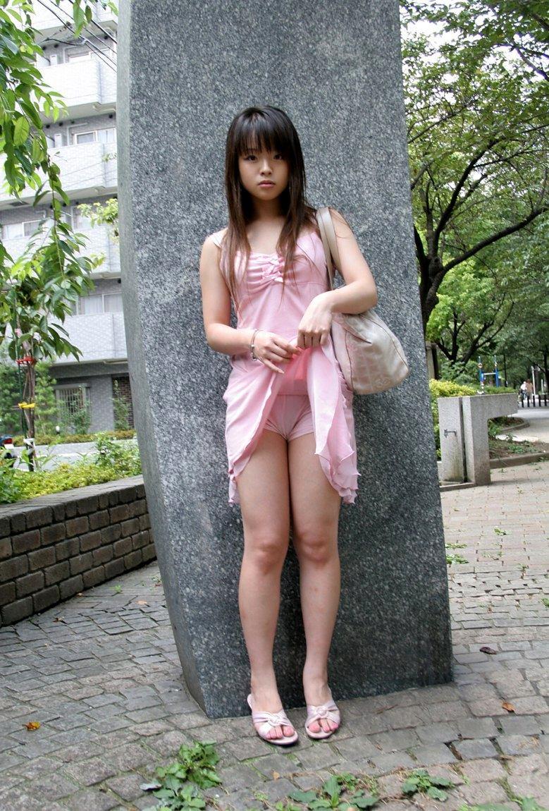 【セルフパンチラエロ画像】自らスカートをまくってチラリ!セルフパンチラ特集! 06