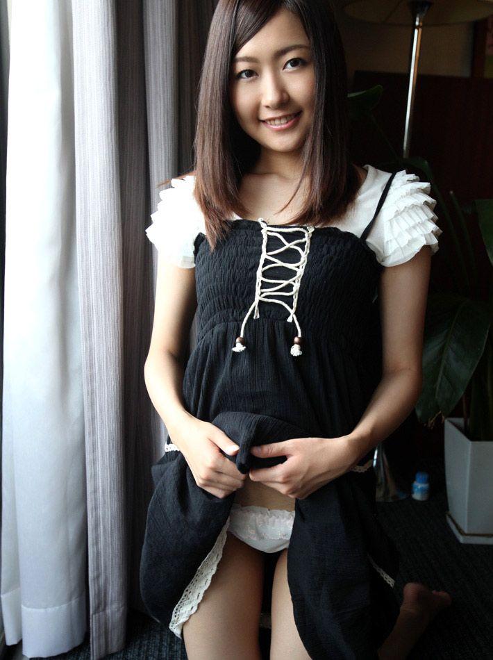 【セルフパンチラエロ画像】自らスカートをまくってチラリ!セルフパンチラ特集! 15