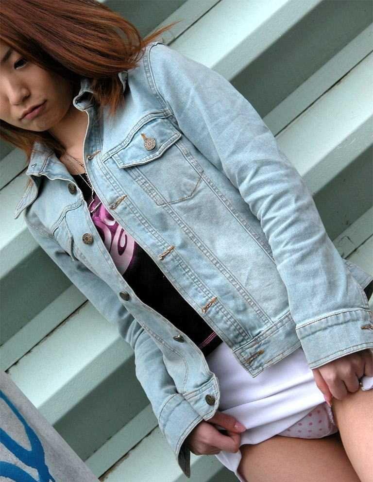 【セルフパンチラエロ画像】自らスカートをまくってチラリ!セルフパンチラ特集! 16