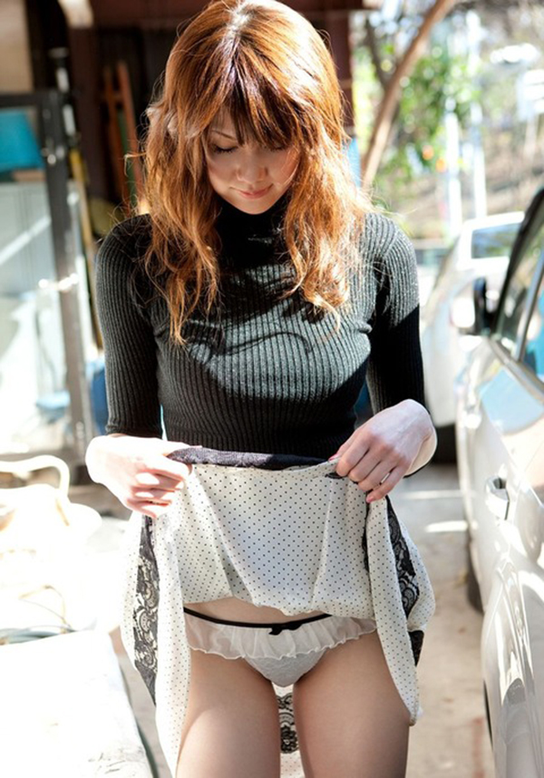 【セルフパンチラエロ画像】自らスカートをまくってチラリ!セルフパンチラ特集! 31
