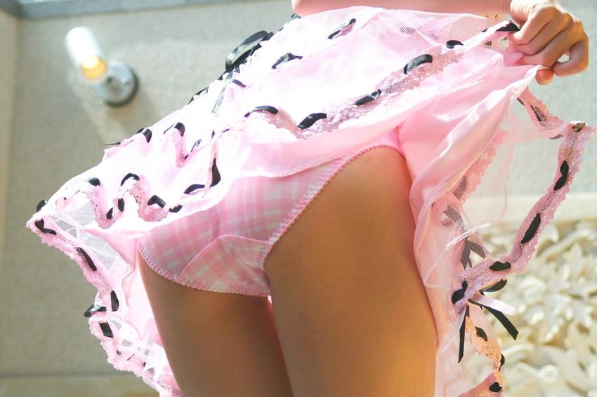 【セルフパンチラエロ画像】自らスカートをまくってチラリ!セルフパンチラ特集! 37
