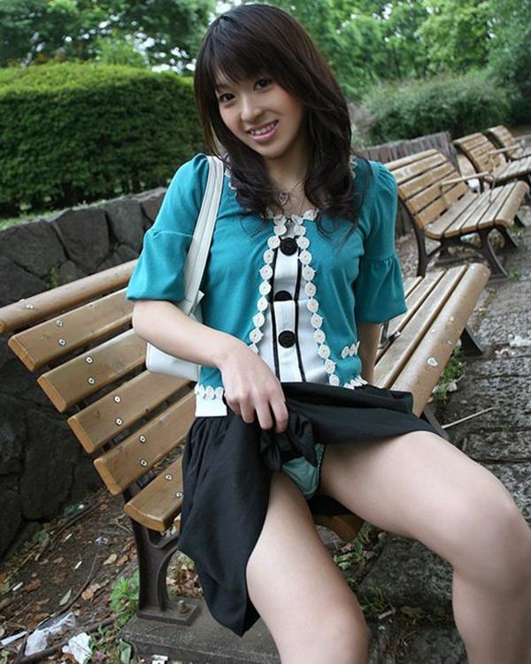【セルフパンチラエロ画像】自らスカートをまくってチラリ!セルフパンチラ特集! 40
