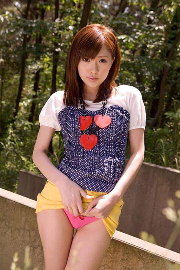 【セルフパンチラエロ画像】自らスカートをまくってチラリ!セルフパンチラ特集! 49