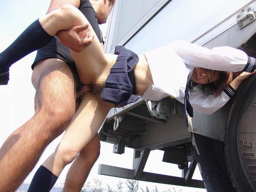 【青姦、野外エロ画像】屋外でセックスorエロ行為に及んでいるカップルエロ杉! 04