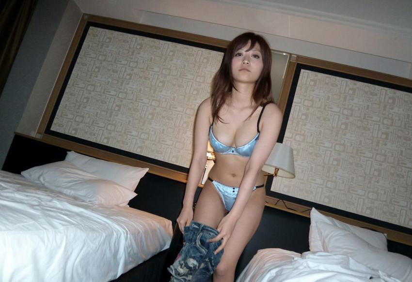 【下着姿エロ画像】ヌードじゃないけど、下着姿ってのも妙にソソられるよな!? 11