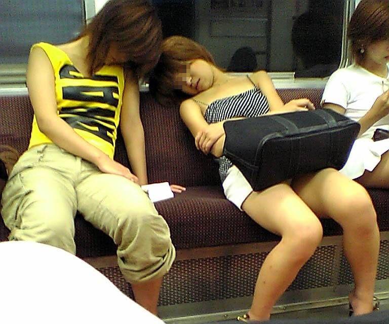 【電車内盗撮エロ画像】電車内でパンチラ、胸チラしている女子を盗撮したったww 05