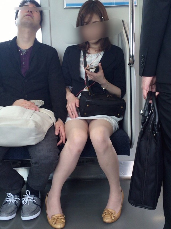 【電車内盗撮エロ画像】電車内でパンチラ、胸チラしている女子を盗撮したったww 07
