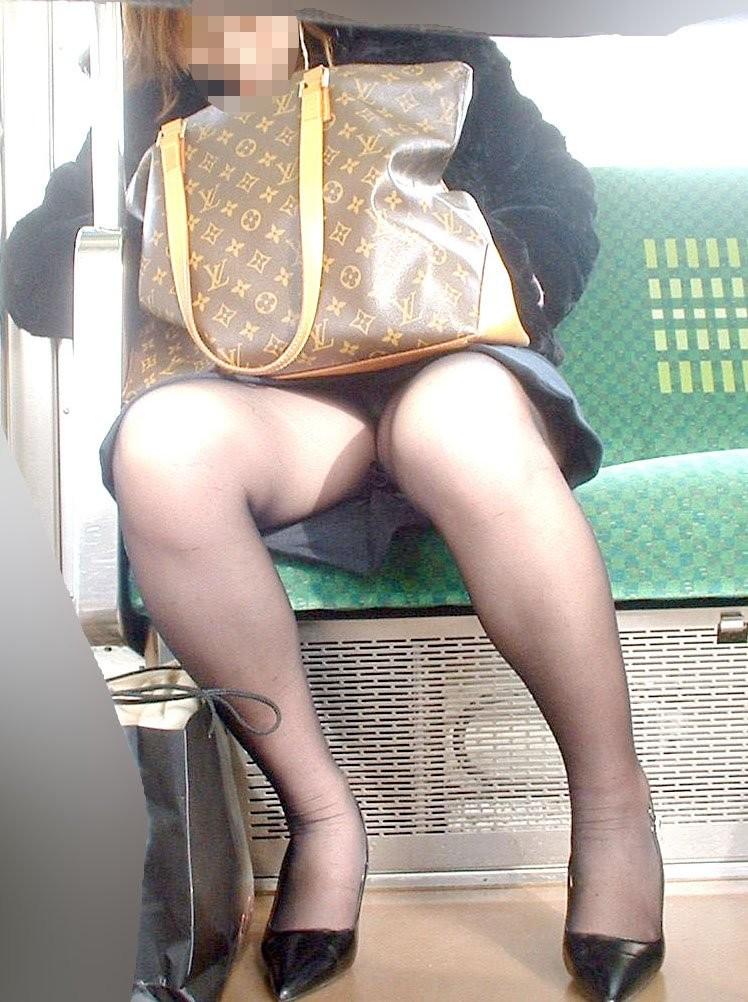【電車内盗撮エロ画像】電車内でパンチラ、胸チラしている女子を盗撮したったww 11