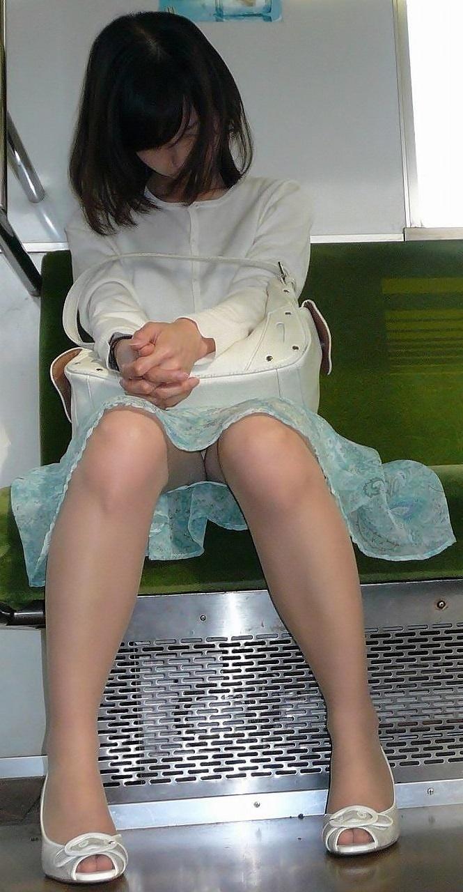 【電車内盗撮エロ画像】電車内でパンチラ、胸チラしている女子を盗撮したったww 14
