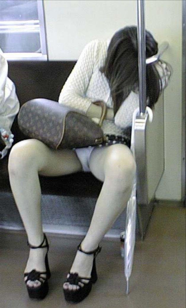 【電車内盗撮エロ画像】電車内でパンチラ、胸チラしている女子を盗撮したったww 17