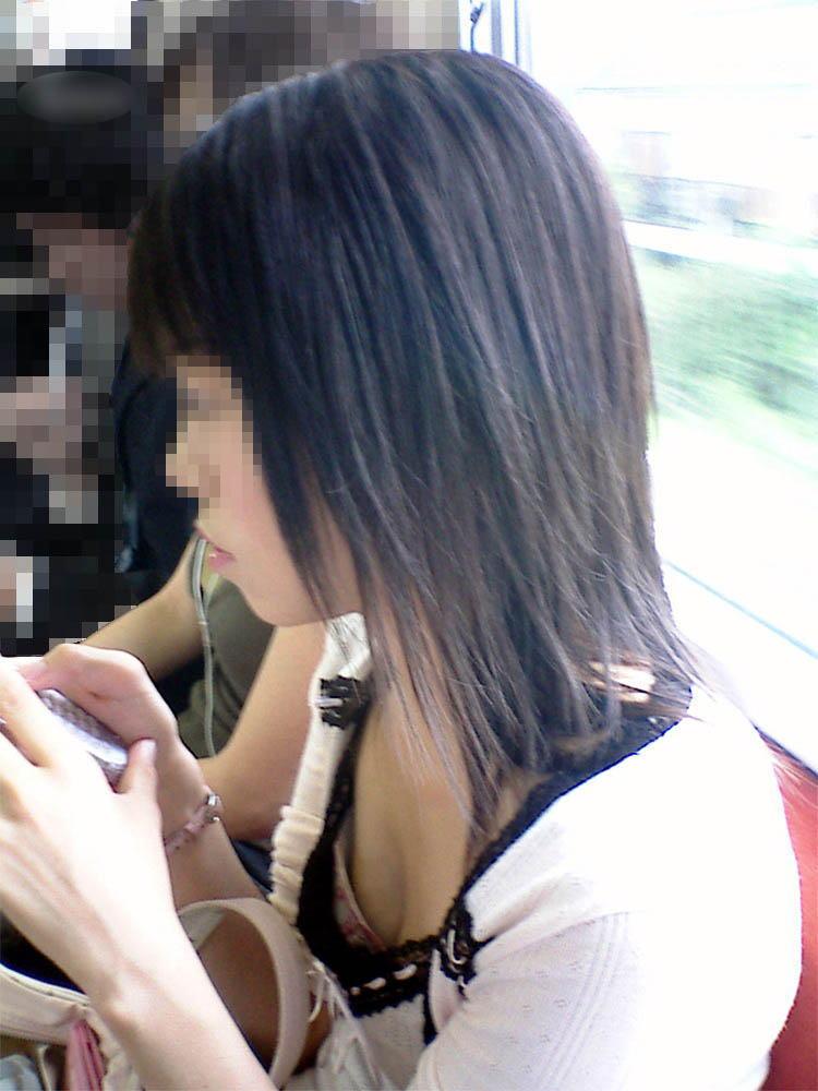 【電車内盗撮エロ画像】電車内でパンチラ、胸チラしている女子を盗撮したったww 22