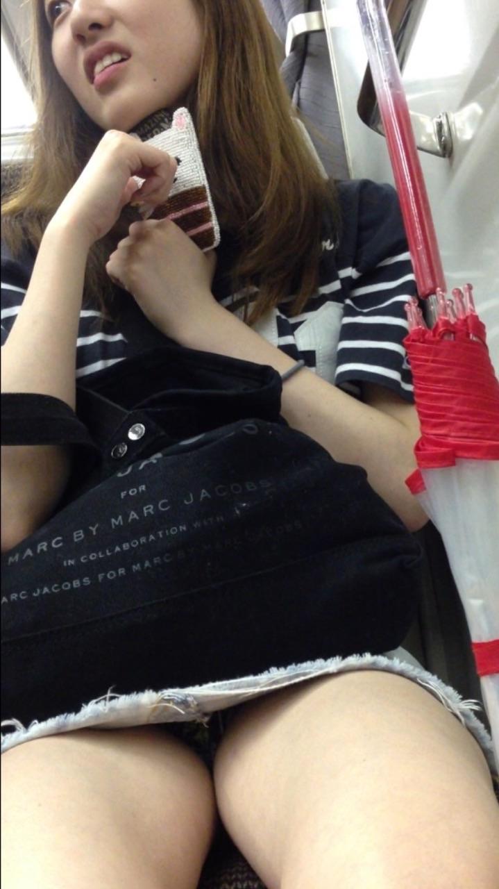【電車内盗撮エロ画像】電車内でパンチラ、胸チラしている女子を盗撮したったww 24