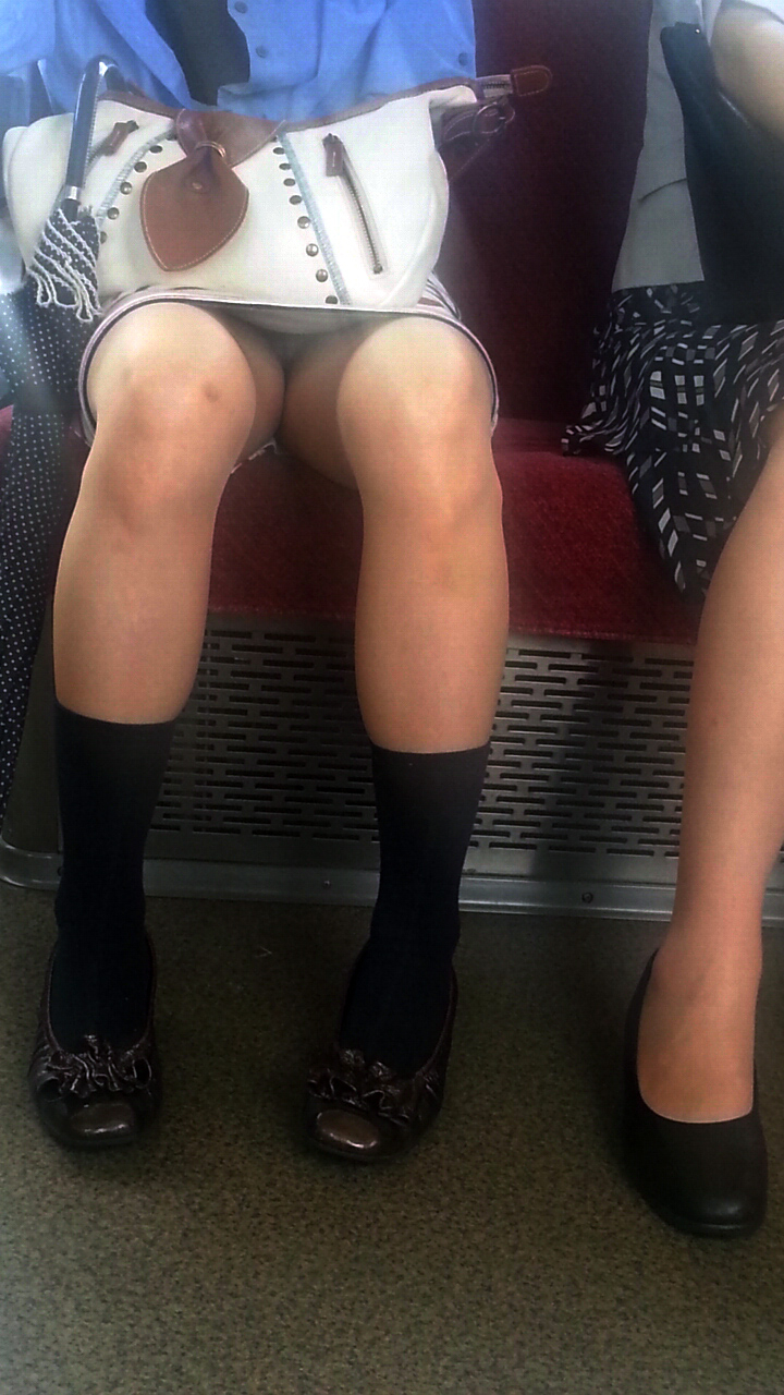 【電車内盗撮エロ画像】電車内でパンチラ、胸チラしている女子を盗撮したったww 27