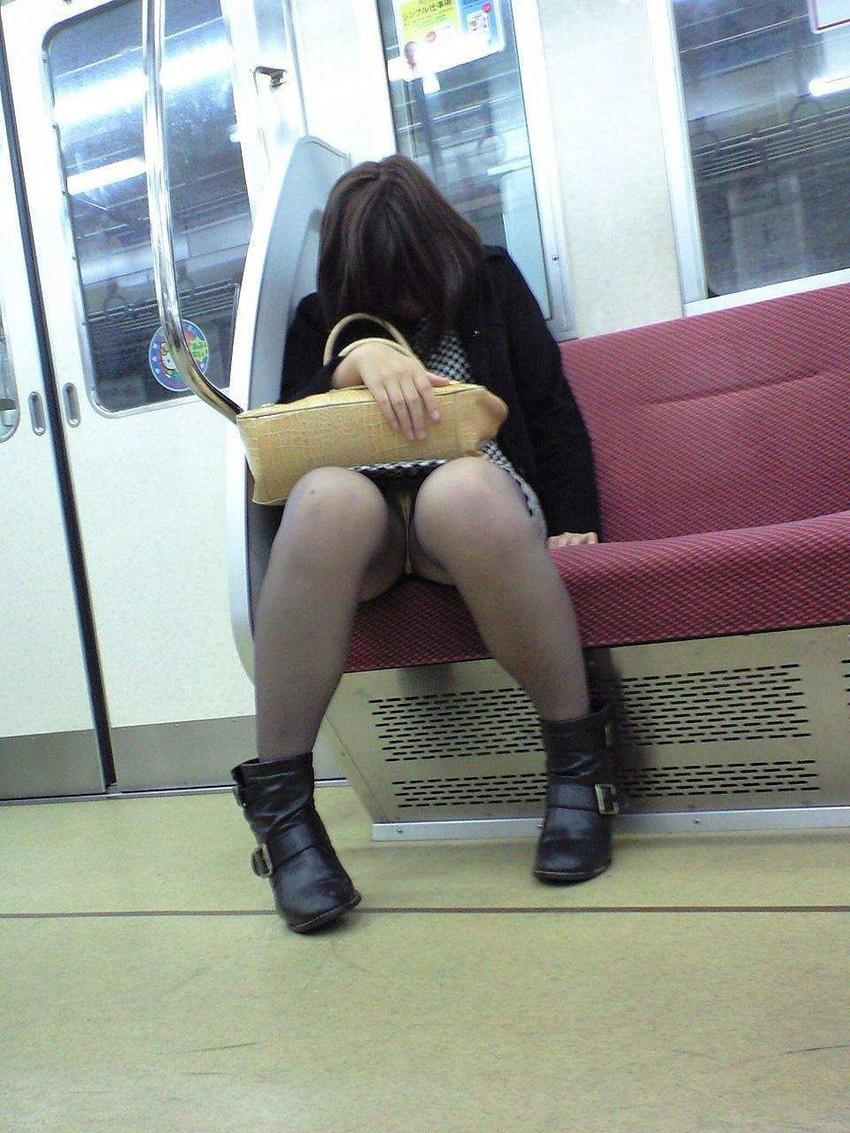 【電車内盗撮エロ画像】電車内でパンチラ、胸チラしている女子を盗撮したったww 30