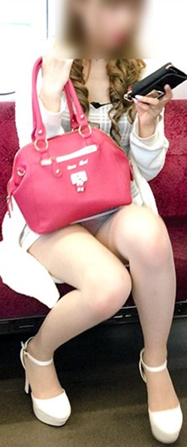 【電車内盗撮エロ画像】電車内でパンチラ、胸チラしている女子を盗撮したったww 31