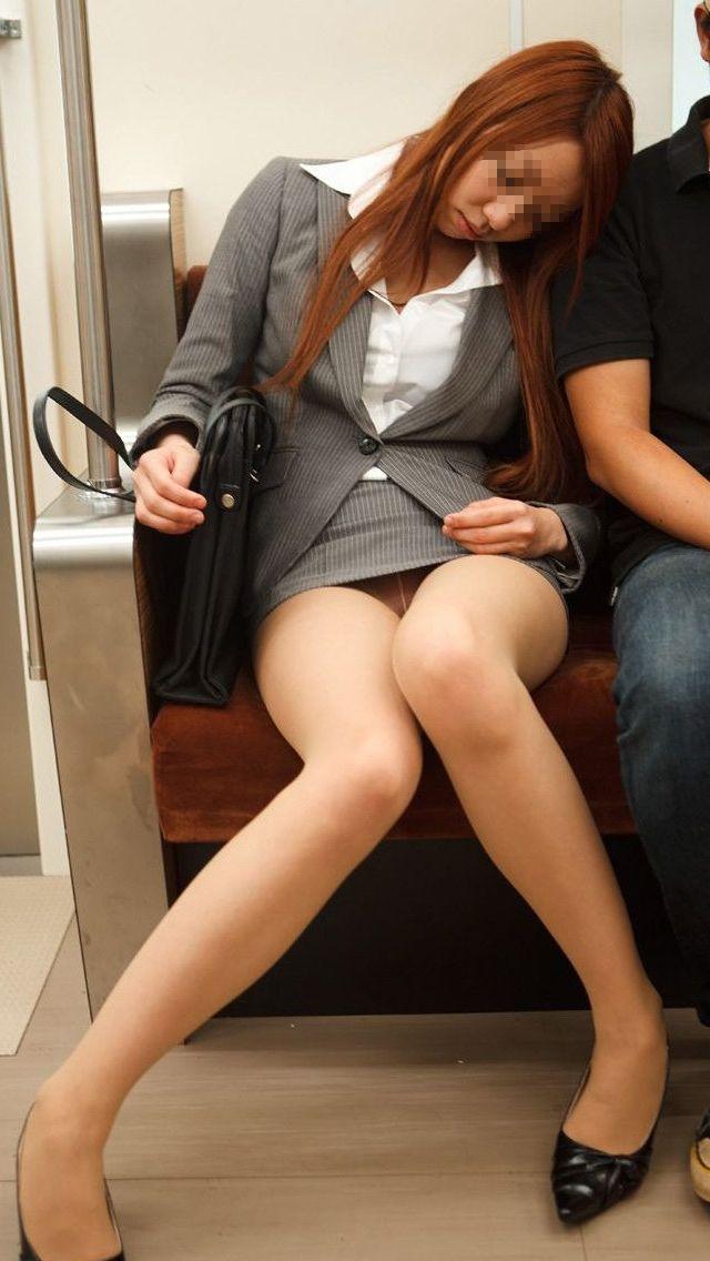 【電車内盗撮エロ画像】電車内でパンチラ、胸チラしている女子を盗撮したったww 33