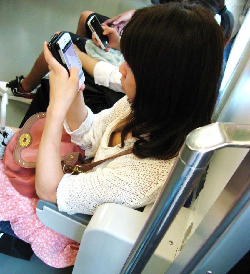 【電車内盗撮エロ画像】電車内でパンチラ、胸チラしている女子を盗撮したったww 35