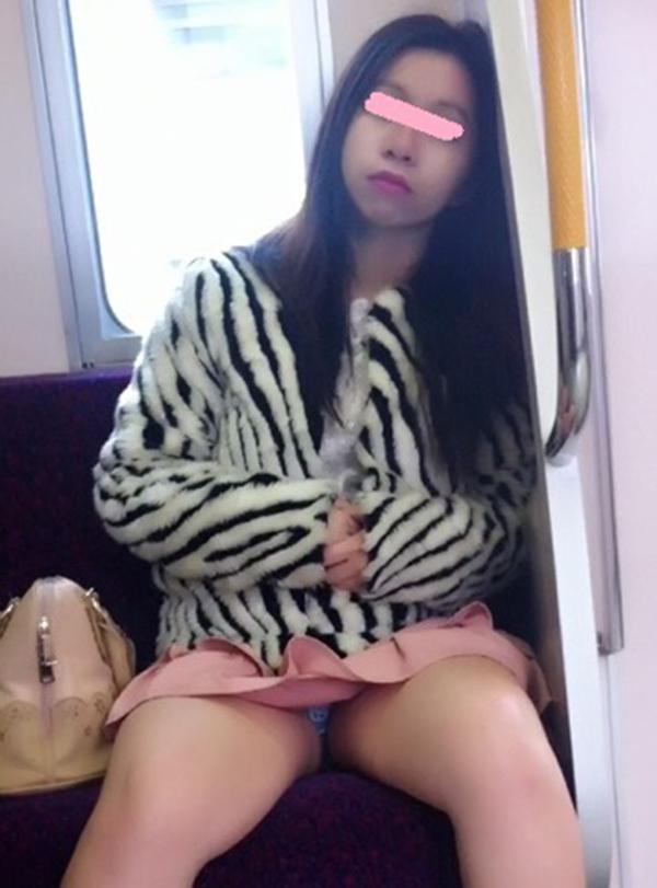 【電車内盗撮エロ画像】電車内でパンチラ、胸チラしている女子を盗撮したったww 38