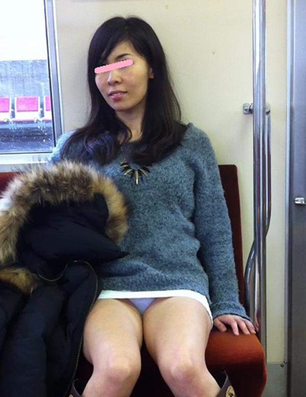 【電車内盗撮エロ画像】電車内でパンチラ、胸チラしている女子を盗撮したったww 39