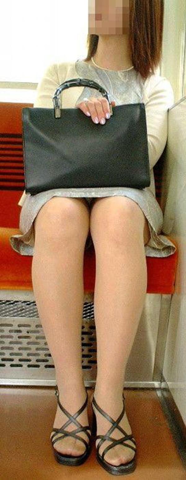 【電車内盗撮エロ画像】電車内でパンチラ、胸チラしている女子を盗撮したったww 42