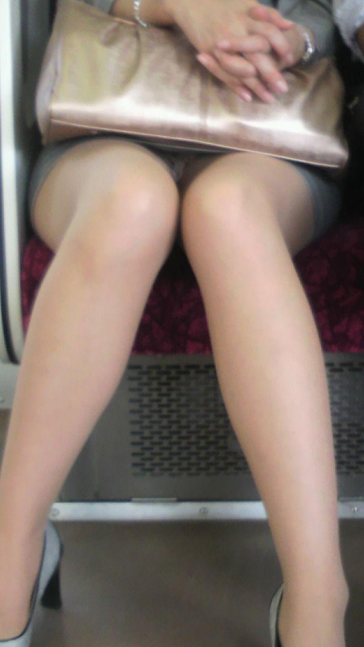 【電車内盗撮エロ画像】電車内でパンチラ、胸チラしている女子を盗撮したったww 46