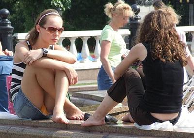 【海外パンチラエロ画像】海外の女の子たちの街撮りパンチラ集めてみた!