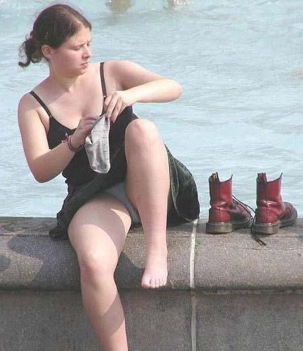【海外パンチラエロ画像】海外の女の子たちの街撮りパンチラ集めてみた! 15