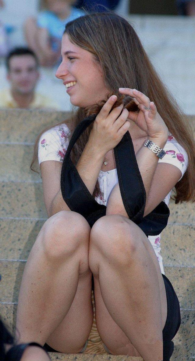 【海外パンチラエロ画像】海外の女の子たちの街撮りパンチラ集めてみた! 21