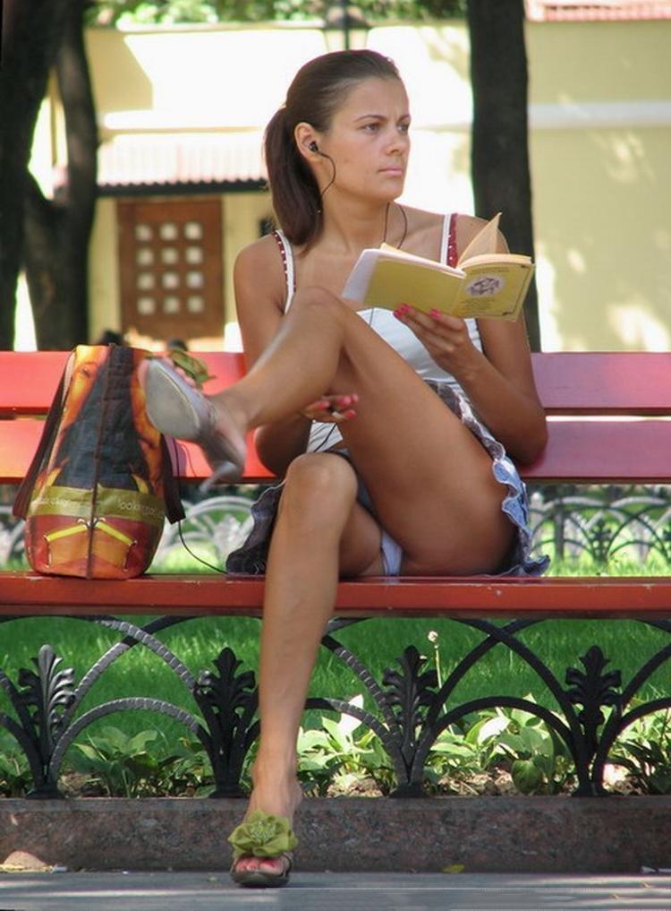 【海外パンチラエロ画像】海外の女の子たちの街撮りパンチラ集めてみた! 23