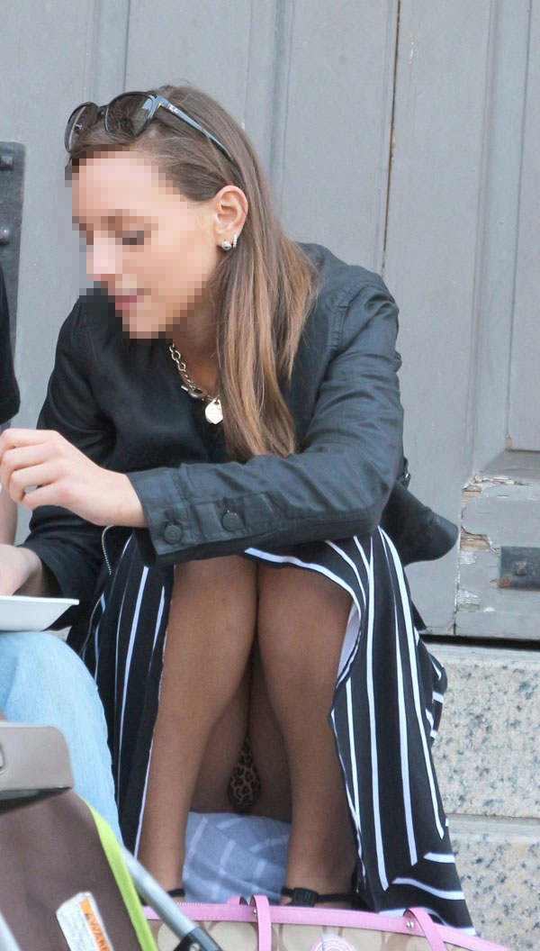 【海外パンチラエロ画像】海外の女の子たちの街撮りパンチラ集めてみた! 35