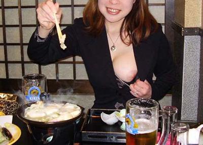 食事中の胸チラや乳首ポロリのエ□画像