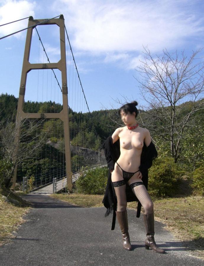 【野外露出エロ画像】野外で大胆ヌード披露!素人娘による野外露出! 04