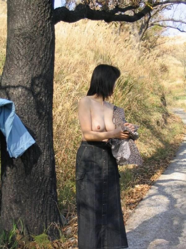 【野外露出エロ画像】野外で大胆ヌード披露!素人娘による野外露出! 14