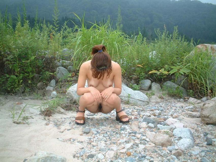 【野外露出エロ画像】野外で大胆ヌード披露!素人娘による野外露出! 27