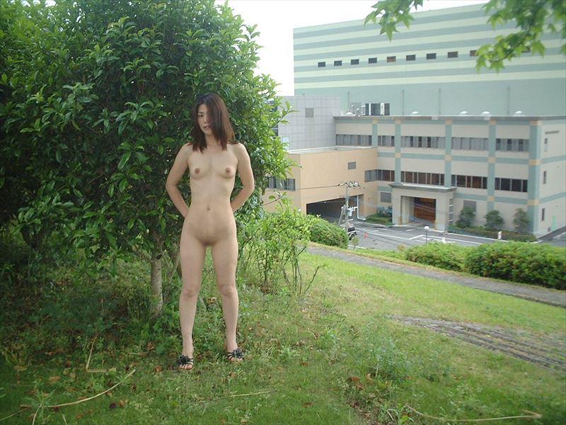 【野外露出エロ画像】野外で大胆ヌード披露!素人娘による野外露出! 46