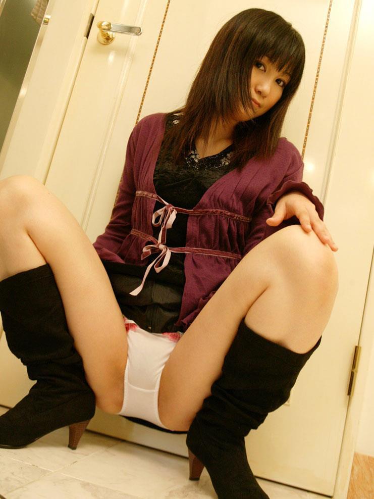 【M字開脚エロ画像】女の子の股間に視線は集中!M字開脚している女の子! 31