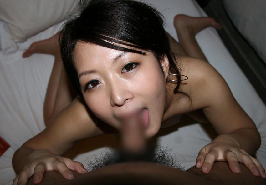 【全裸フェラチオエロ画像】一糸まとわぬ姿でチンポにしゃぶりつく女エロすぎワロタwww 32