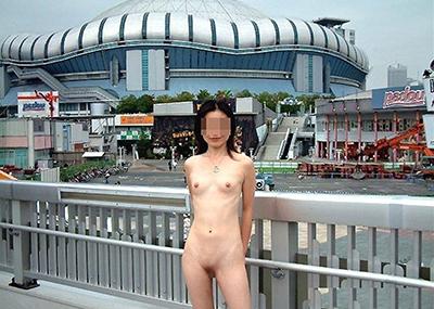 【野外露出エロ画像】思い切りが良い!こんな場所でも服を脱ぎ去る素人娘!