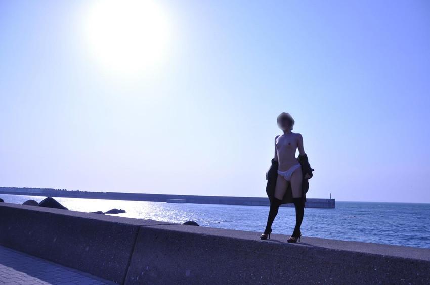 【野外露出エロ画像】思い切りが良い!こんな場所でも服を脱ぎ去る素人娘! 31