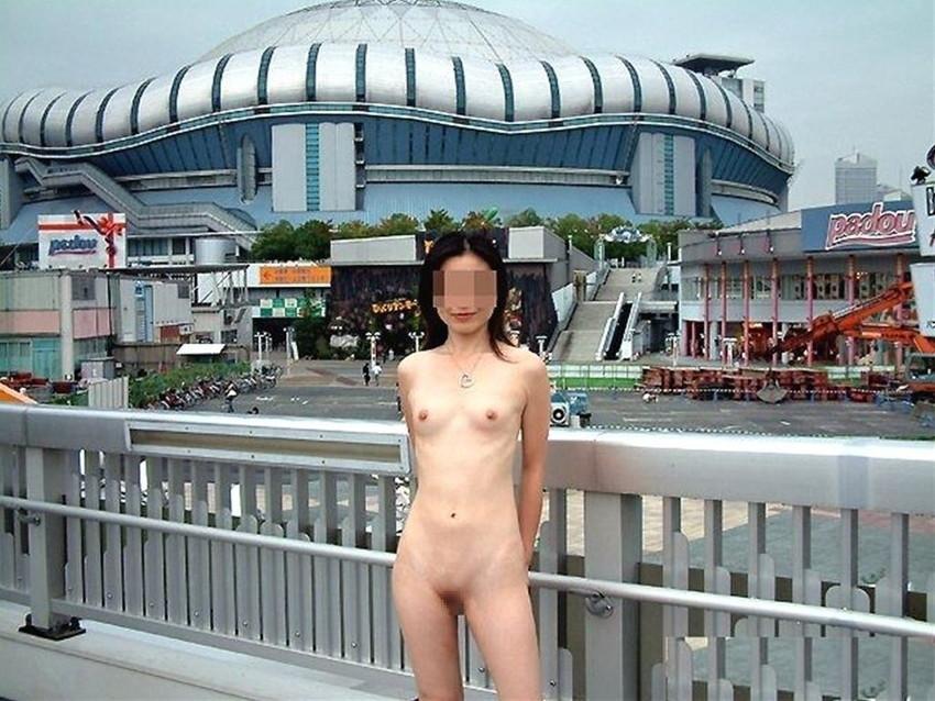 【野外露出エロ画像】思い切りが良い!こんな場所でも服を脱ぎ去る素人娘! 37