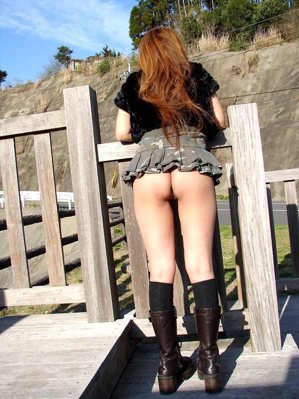 【野外露出エロ画像】思い切りが良い!こんな場所でも服を脱ぎ去る素人娘! 41