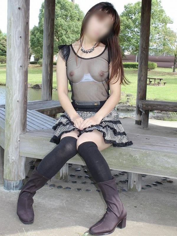 【野外露出エロ画像】思い切りが良い!こんな場所でも服を脱ぎ去る素人娘! 48