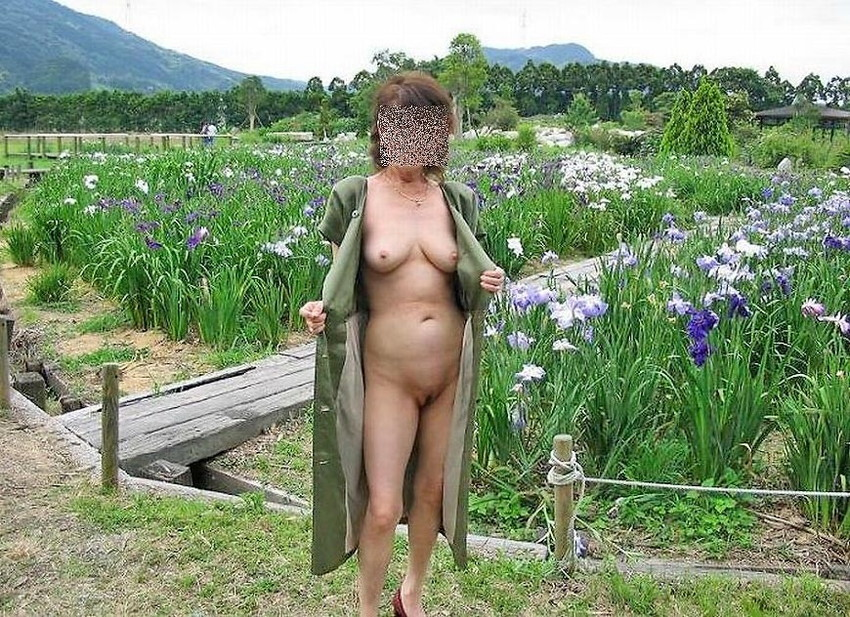 【野外露出エロ画像】思い切りが良い!こんな場所でも服を脱ぎ去る素人娘! 50